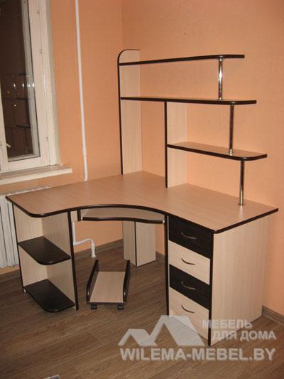 Офисные угловые компьютерные столы с полками и ящиками фото.